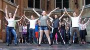 Die Tänzerinnen und Tänzer finden sich auf der Bühne schnell zurecht, auch wenn Sie am Ende doch kleiner wirkt, als gedacht.