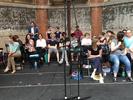Ein Teil des Ensembles ist schon auf der Bühne und wartet auf den Beginn der Probe.