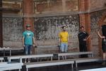 Nachdem der Tanzboden für die Tänzer auf der Bühne ausgelegt wurde, konnten wir mit dem Aufbau der Chorpodeste beginnen.