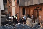 Die Aufbauten auf der Bühne gingen Hand in Hand: Die Musiker richteten ihre Plätze ein und bauten die Instrumente auf.